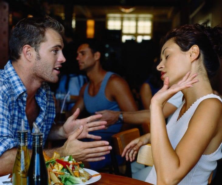 dos chicos en un restaurante y la chica como si despreciará al chico