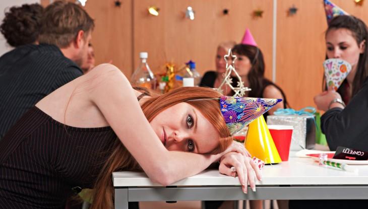 chica con cara de aburrida en una celebración de un cumpleaños