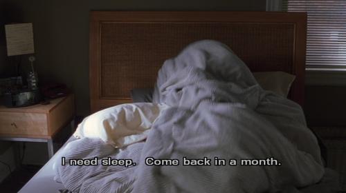 pessoa deitada na cama com a luz solar