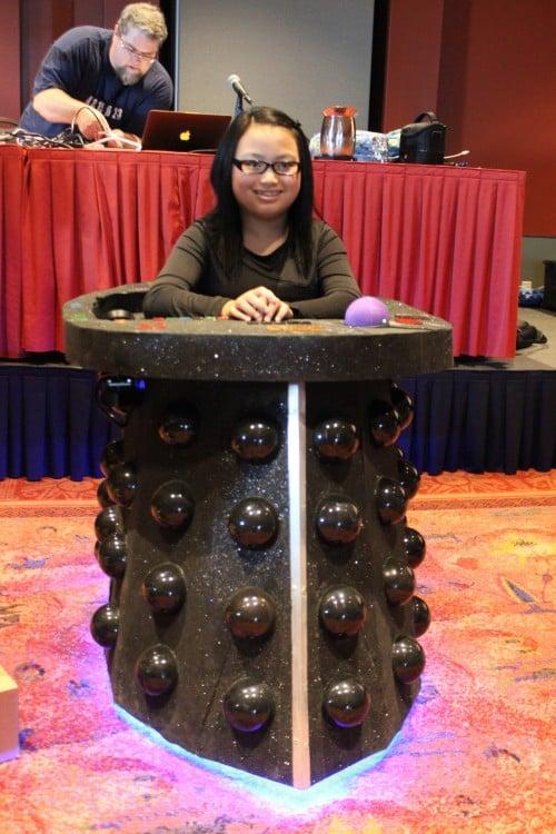 chica disfrazada del Dr. Who
