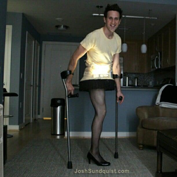 Chico con una sola pierna disfrazado de la lámpara de un cuento de navidad