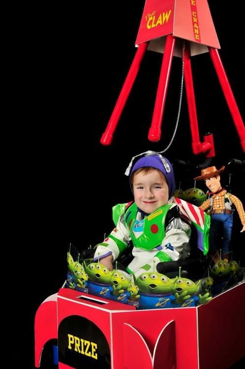 Niño en su silla de ruedas disfrazado de Buzz Lightyear