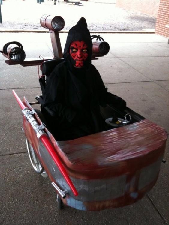 Niño en silla de rueda disfrazado de Darth Maul