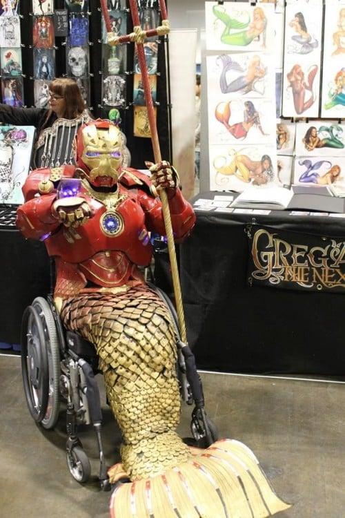 Niño con un disfraz de Iron Mer-Man en una silla de ruedas