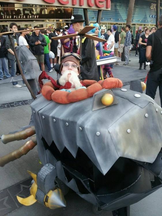 niño con un disfraz en su silla de rueda de corki de League of Legends