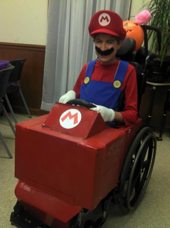 Niño en silla de ruedas disfrazado de Mario Kart