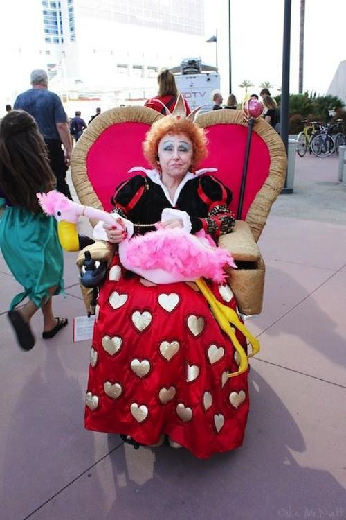 Mujer disfrazada de la reina de corazones de alicia en el país de las maravillas