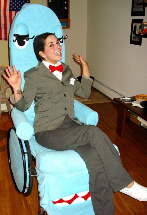 Chica en silla de ruedas disfrazada de Pee-Wee y Chairy
