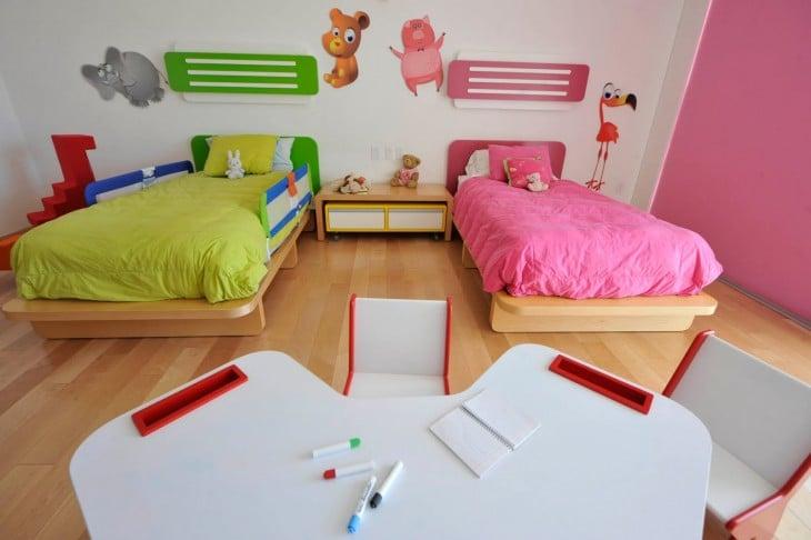 Habitación dividida para niño y niña en color verde y rosa