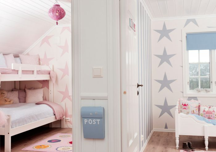 habitación dividida con la decoración con estrellas azules y rosas