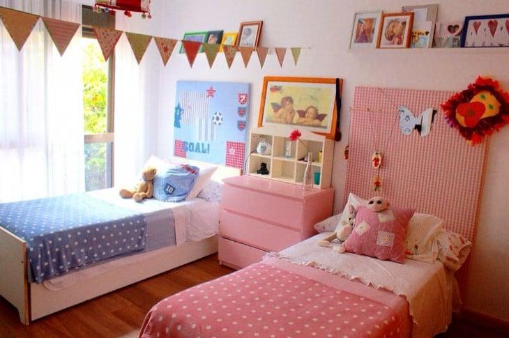 habitación con dos camas en color rosa y azul