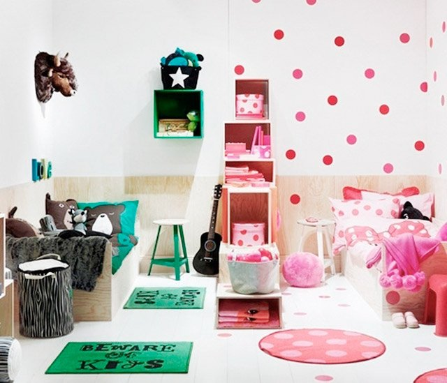 habitación dividida en dos con una decoración diferente en cada lado