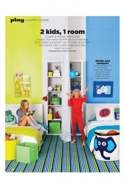 dos niños jugando en una habitación en color amarillo y azul