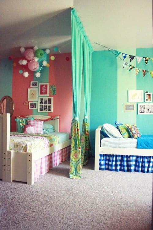 habitación dividida en dos partes por una cortina verde con una mezcla de colores verde, azul y rosa