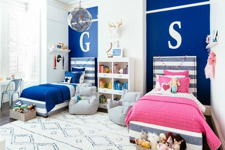 habitación con dos camas decoradas en color azul rey y rosa