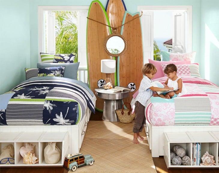 habitación con una niña y un niño sentados en una cama y diferentes colores