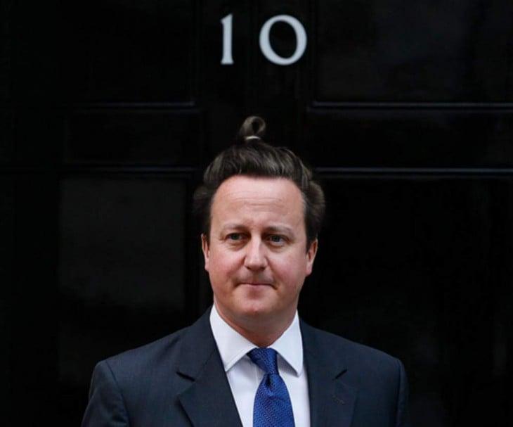 David Cameron con cabello largo y un chongo alto