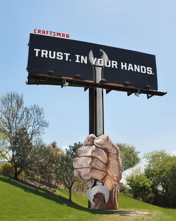 un anuncio publicitario acerca de Craftsman en una calle