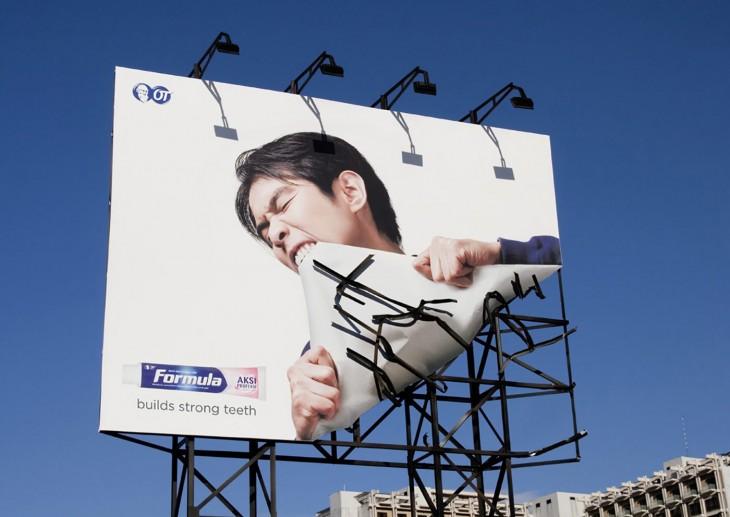 publicidad de la pasta dental formula en un espectacular