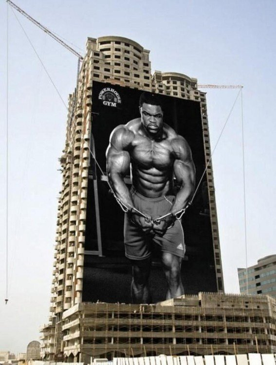 anuncio publicitario en un edificio de un gymnasio