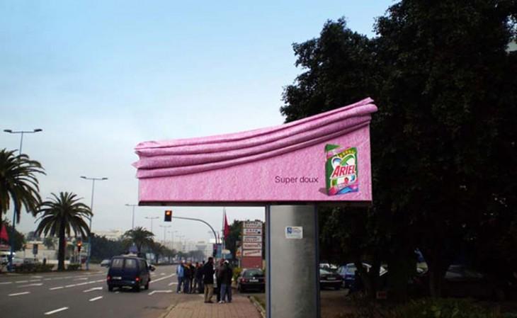 anuncio publicitario en la calle del jabón en polvo ariel