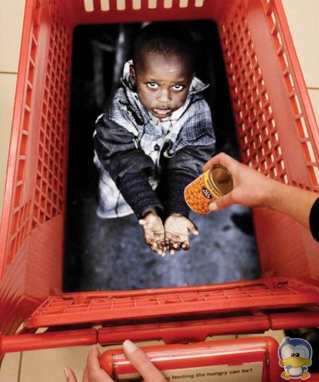 Anuncio publicitario en un carro de supermercado de un niño africano