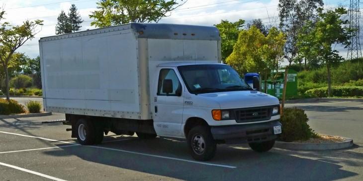 camión estacionado a fuera de las oficinas de google