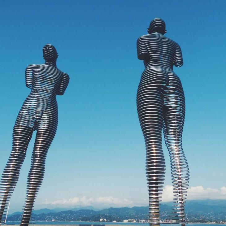 dos estatuas que representan a una mujer y un hombre