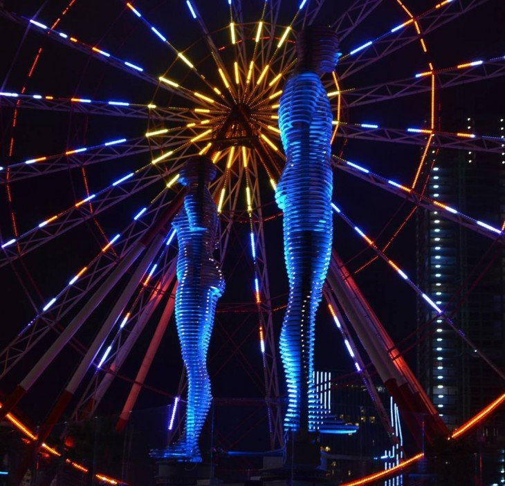 Estatua de amor en la noche iluminada por luces en Georgia
