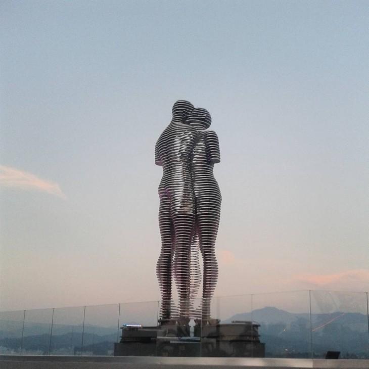 """estatua del amor de la novela de 1937 """"Ali y Nino"""""""