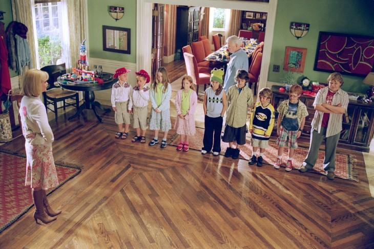 escena de los niños actores de la película más barato por docena
