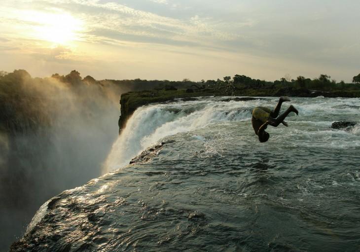 Persona a punto de lanzarse a la piscina del diablo en las cataratas victoria en África