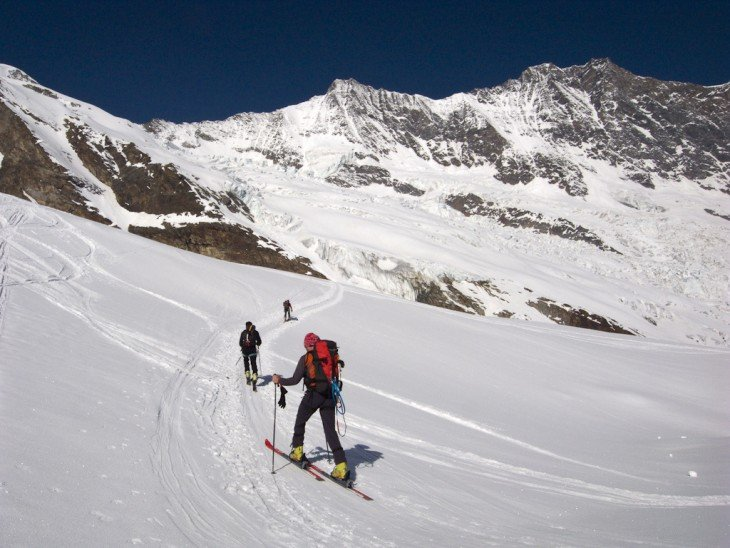 Personas que practican Esquí en los Alpes Suizos nevados