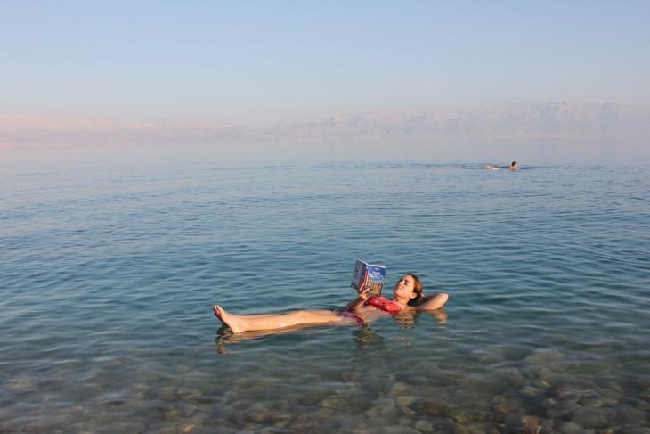una chica flotando en mar muerto en Israel