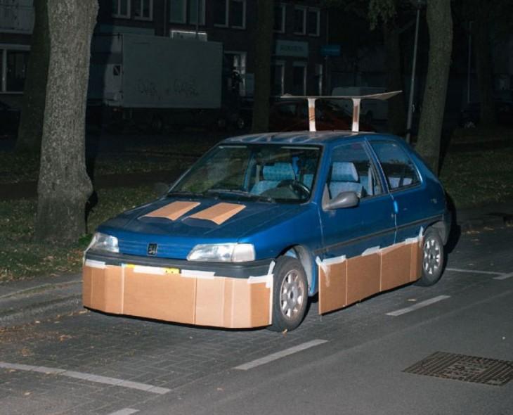 carro tuneado con piezas hechas de cartón y pegadas con cinta ahesiva