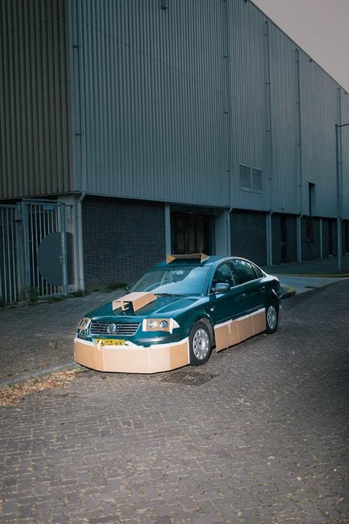 Pequeño calle Volkswagen en color verde tuneado con cartón y cintha adhesiva