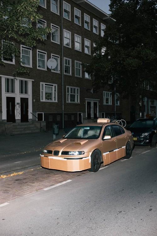 Carro estacionado en una calle tuneado con cartón y cinta adhesiva