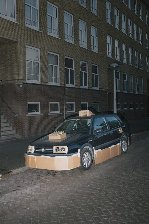 carro estacionado con algunas piezas de cartón pegadas con maskin