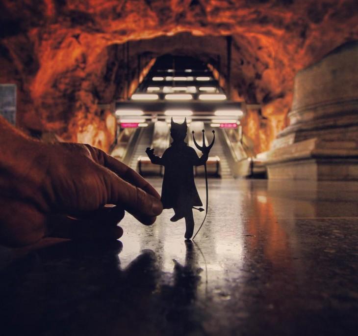 un recorte de papel en forma de diablo dentro del Metro de Rådhuset en Estocolmo