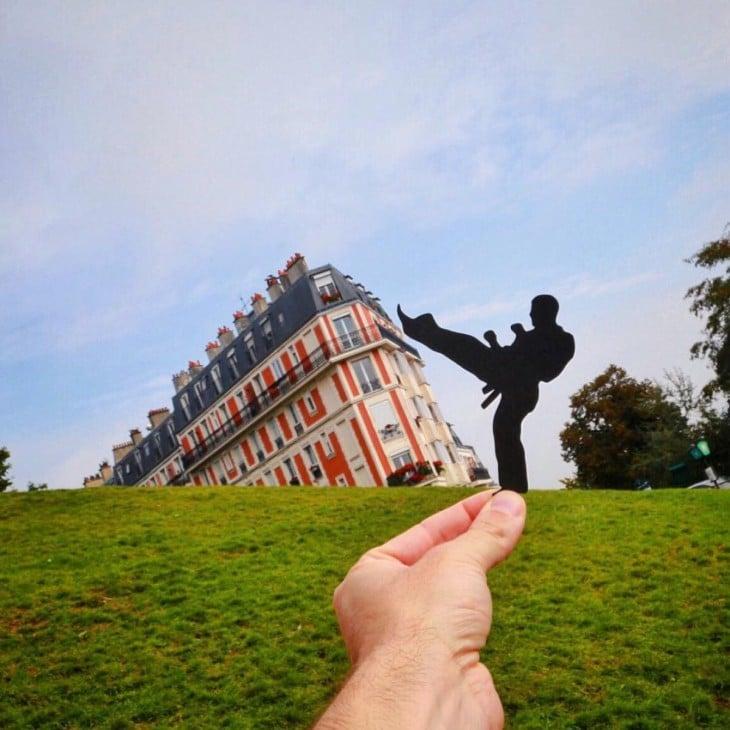 Recorte de papel en forma de karateka dando una patada al Montmatre en París