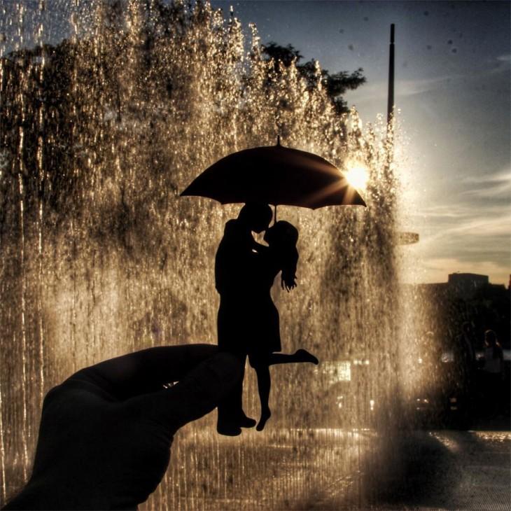 recorte de papel de una pareja con paraguas en las fuentes Southbak, Londres