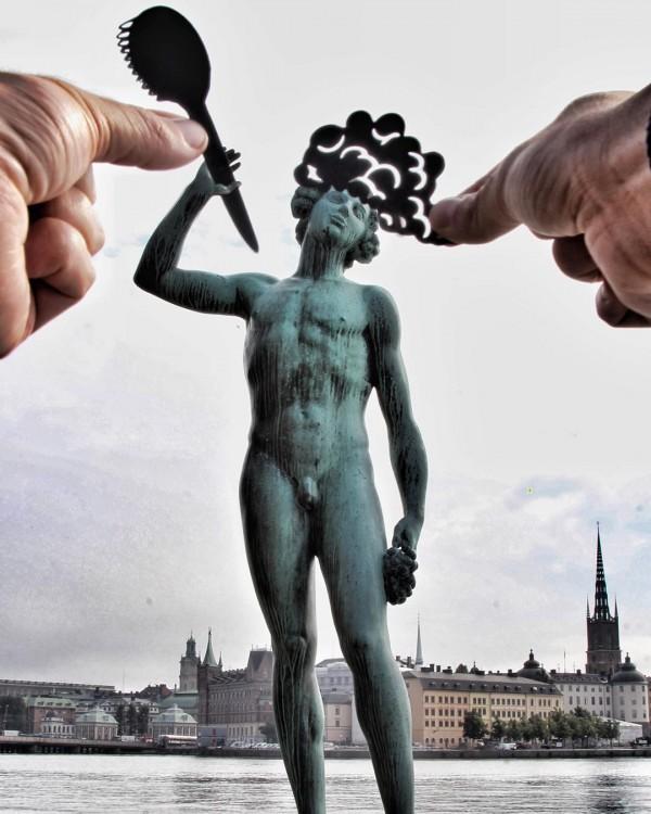 Escultura Sången & Dansen en Estocolmo con un cepillo y espuma de jabón en su cabeza