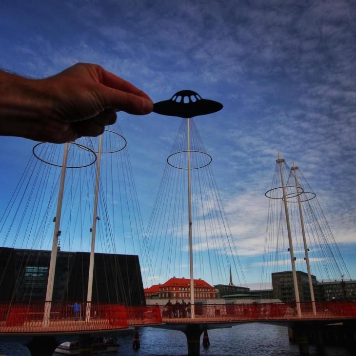 Foto de Cirkelbroen, Copenhague con un recorte de papel en forma de platillo volador
