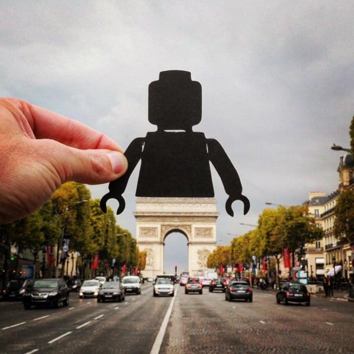 foto del arco del triunfo convertido en una figura de LEGO con ayuda de un recorte de papel