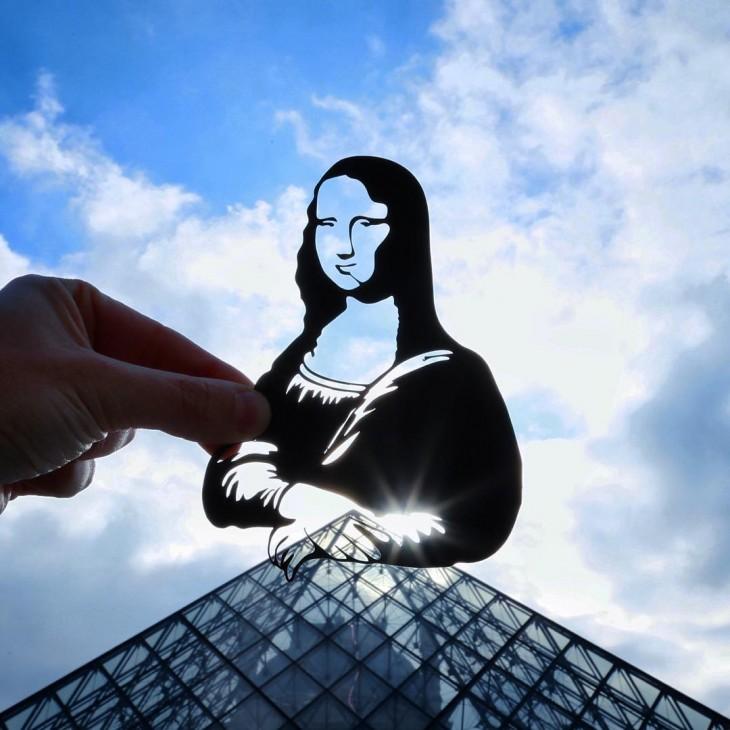 Museo Louvre en París con un recorte de papel con la forma de la mona lisa