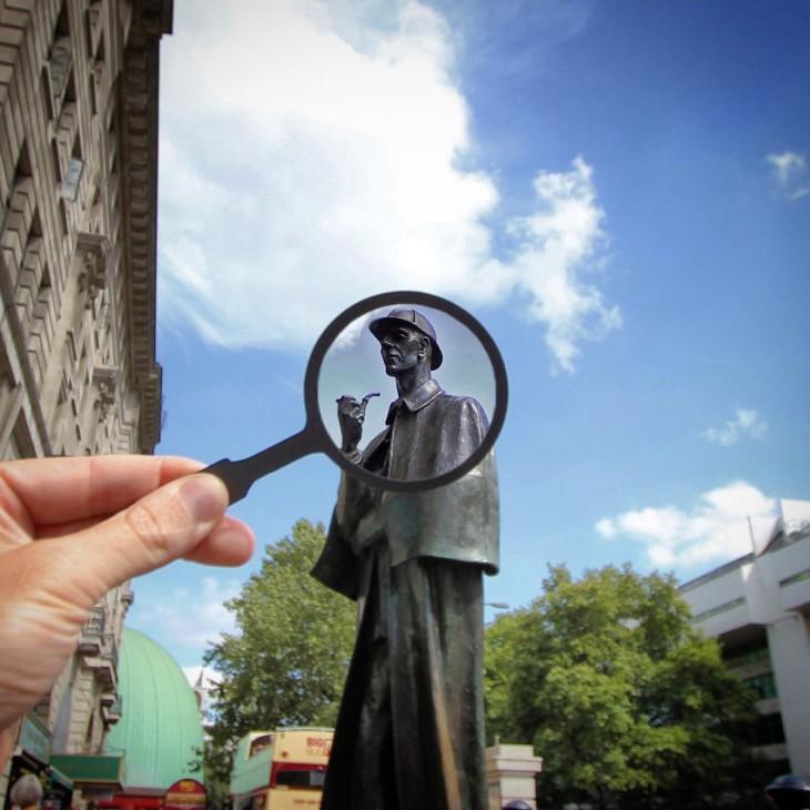 estatua de Sherlock Holmes, Londres con una lupa de papel frente a ella