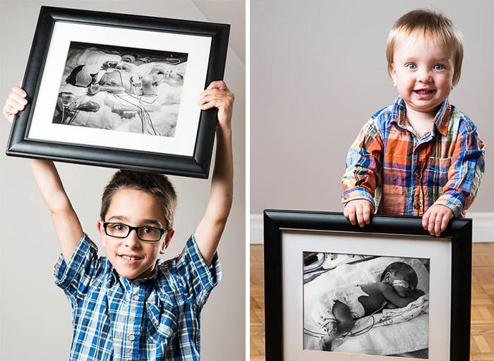 dos niños sosteniendo retratos de ellos cuando nacieron