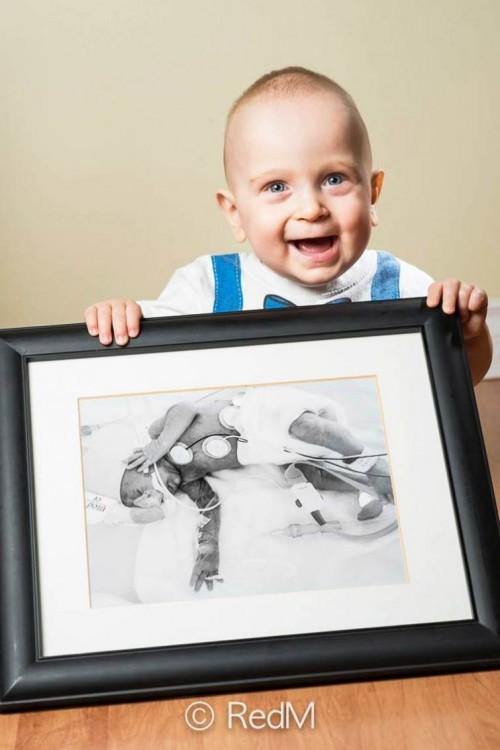 Emile un bebé que tiene un retrato de el cuando nació