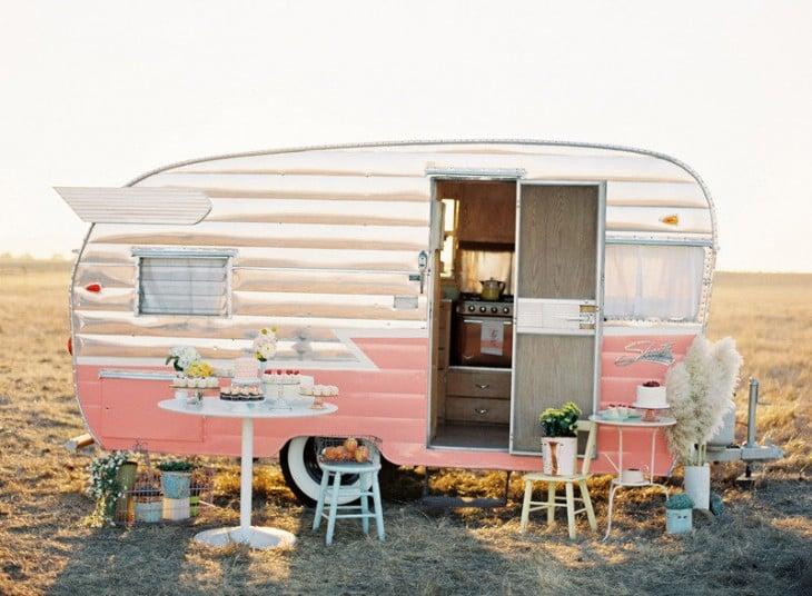 Remolque de color plateado con rosa con algunos artículos en su exterior