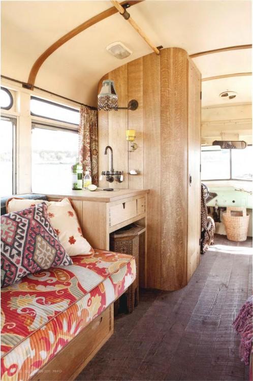 interior de un remolque que muestra un lavabo y un sillón